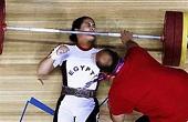 صورت زن وزنه بردار مصری زیر وزنه ماند + عکس