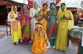 عبادت زنی در هند به دلیل قد کوتاه! /عکس
