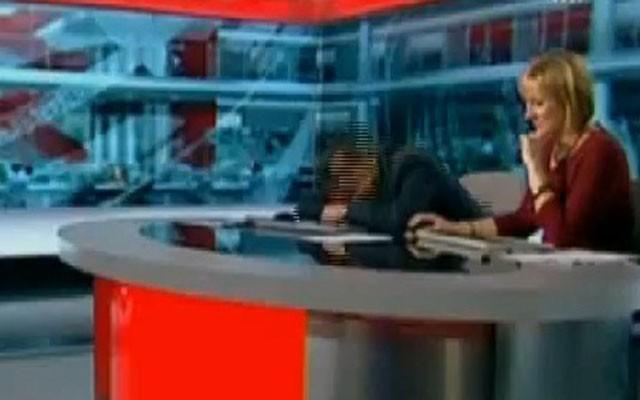 IMG22123124 مجری BBC در پخش زنده خوابش برد/ عکس