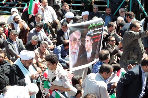 1 62670 490 بنری که از محل سخنرانی احمدینژاد جمع شد/عکس