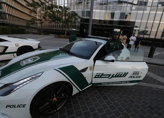 282500 630 زنان پلیس در دبی با ماشین فراری/ عکس