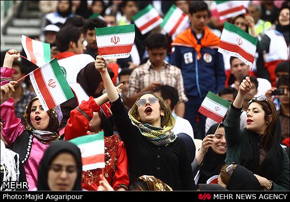 IMG20541597 حضور مختلط زن و مرد در ورزشگاه آزادي براي اولين بار/عكس