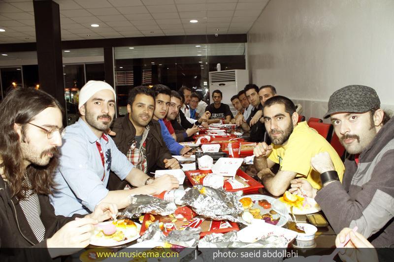 goro0h sirvan khosravi gaharir سیروان خسروی و گروهش بر سر میز شام/ عكس