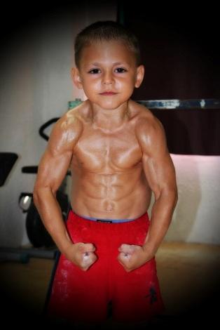 n00214195 r b 003 قویترین پسر بچه جهان/عکس