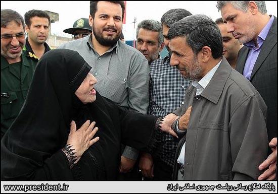 184426 327 محبت پیرزن گیلانی به احمدی نژاد / عکس