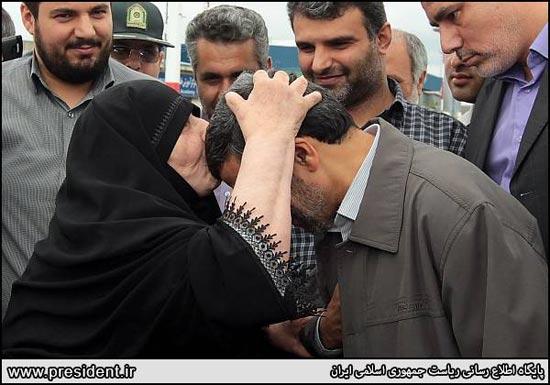 184427 182 محبت پیرزن گیلانی به احمدی نژاد / عکس