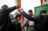 چتر جالب احمدی نژاد زیر باران/عکس