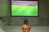 پسر پیکه در حال تماشای بازی پدر / عکس