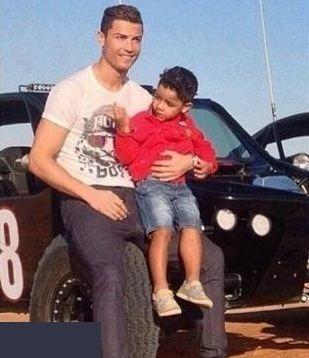 635239128524574051114357 958 رونالدو به همراه همسر و فرزندش در سواحل خلیج فارس / عکس