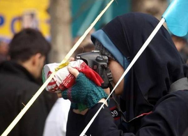 1 thumb 38706 عکاسی عجیب این زن در راهپیمایی