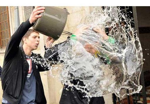 مراسم عجیب اذیت کردن دختران با آب / عکس, جدید 1400 -گهر
