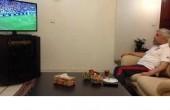 دکتر روحانی در حال تماشای بازی تیم ملی فوتبال / عکس