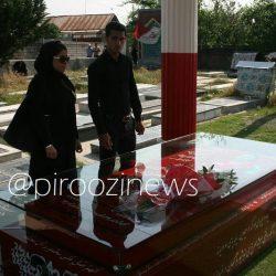 عکس علی علیپور و همسرش کنار مزار هادی نوروزی