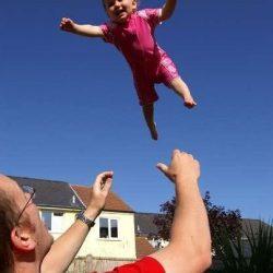 بالا انداختن بچه موجب مرگ او می شود