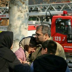 عکس ؛ دختر و پسر در آغوش پدر قهرمان آتش نشان در حاشیه پلاسکو