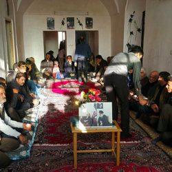عزاداری مردم در خانه پدری آیت الله هاشمی در بهرمان ؛ عکس