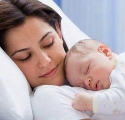 پرت شدن حواس مادران هنگام شیر دادن به کودک