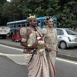 تصاویر / عروس سریلانکایی با ۲۵۰ ساقدوش برای حمل دنباله لباسش