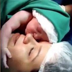 فیلم / لحظه عاشقانه و دیدنی از نوزاد تازه متولد شده با مادرش