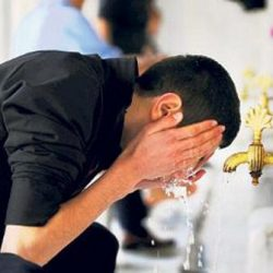 حکم دست زدن به شیر آب هنگام وضو گرفتن چیست؟