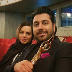 عکس احسان خواجه امیری و همسرش پس از دریافت تندیس بهترین آلبوم