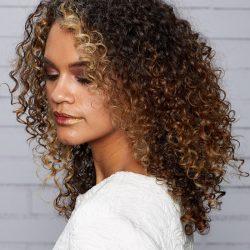 چگونه موهای فر داشته باشیم ؟ + روش های فر کردن مو