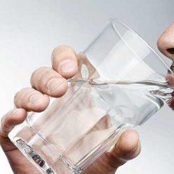 عوارض نوشیدن آب بین غذا