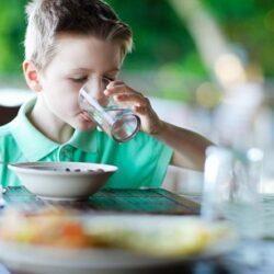 نوشیدن آب بین وعده های غذایی خوب است یا بد ؟