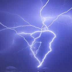 ثبت لحظه دیدنی از برخورد صاعقه به برج میلاد